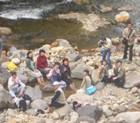 川原で楽しむ 足湯体験